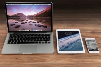 apple-iphone-smartphone-desk-1